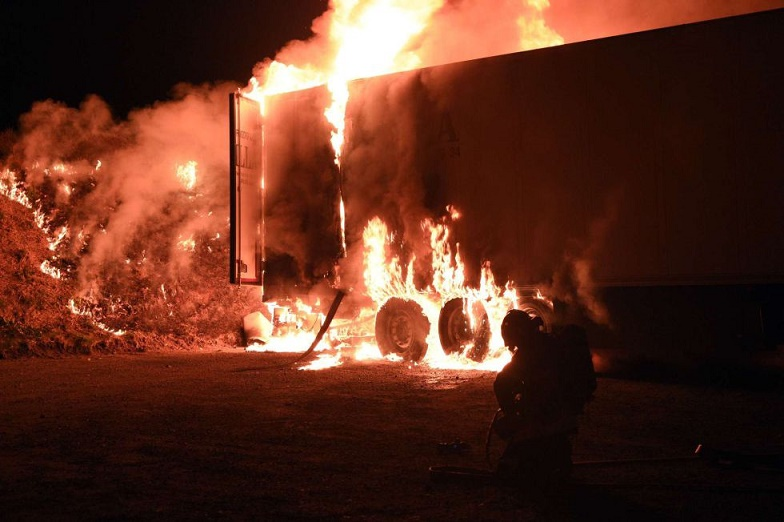 France: Farmers set fire to a truck with a Spanish pork